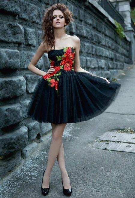 Красивое черное платье с красными цветами для подростка