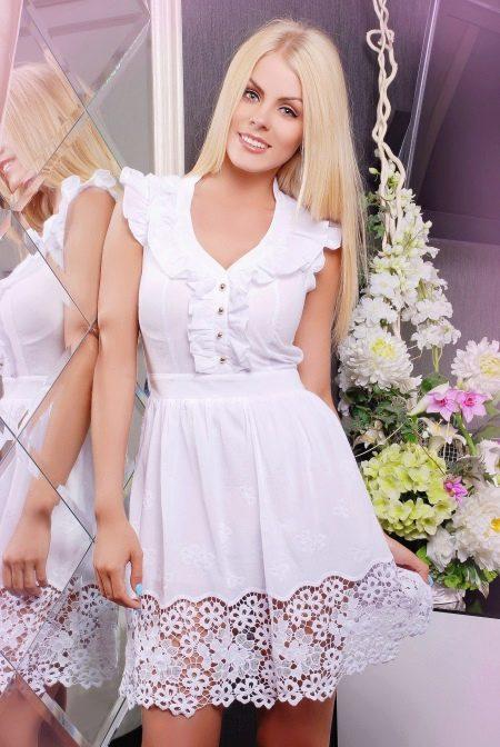 батистовое платье с рюшами