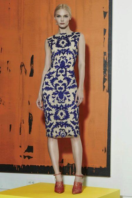Терракотовые туфли к белому-синему платью