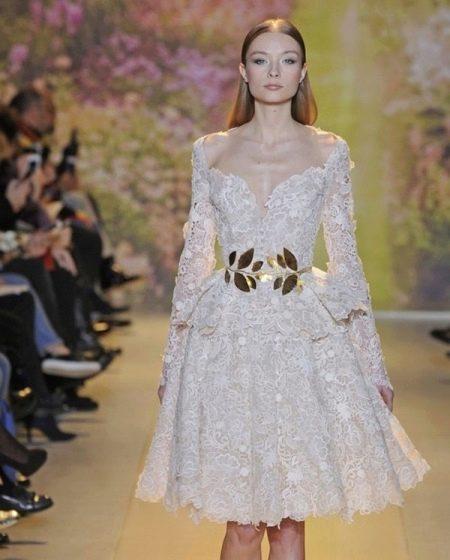 Золотой пояс к белому кружевному платью
