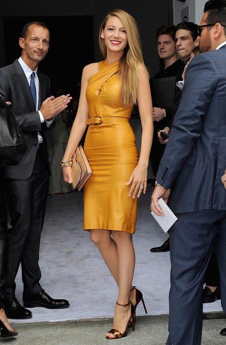 Горчичное кожаное платье