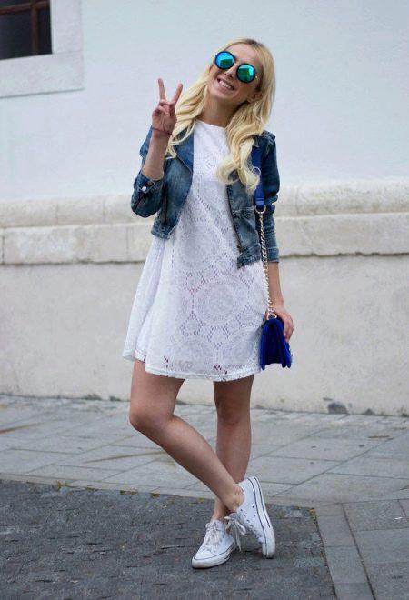 Белое кружевное платье с джинсовым пиджаком