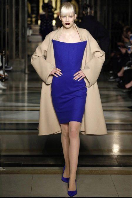 Пальто  к синему платью-футляру