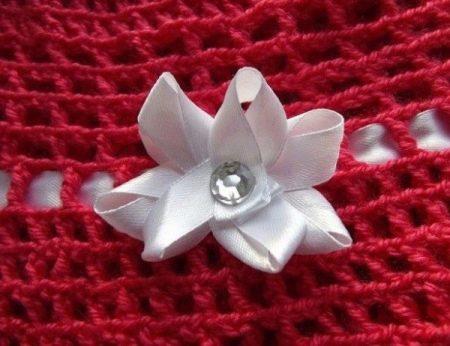 Украшение платья вязаного крючком атласным цветком