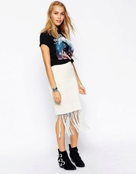 Белая юбка карандаш с бахромой