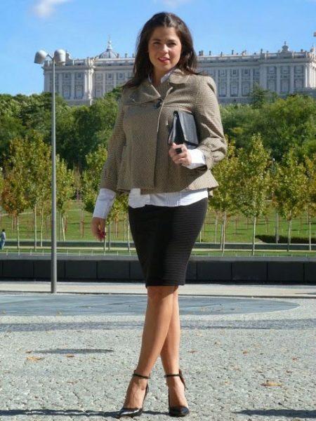 Черная юбка карандаш в сочетание с белой рубашкой и коротким жакетом