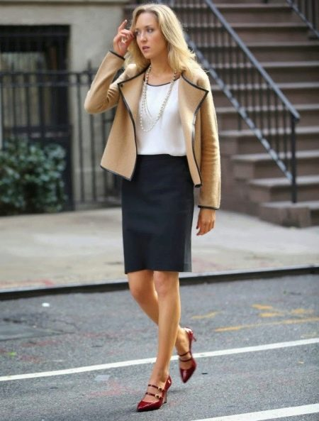 Черная юбка карандаш в сочетание с бежевым жакетом