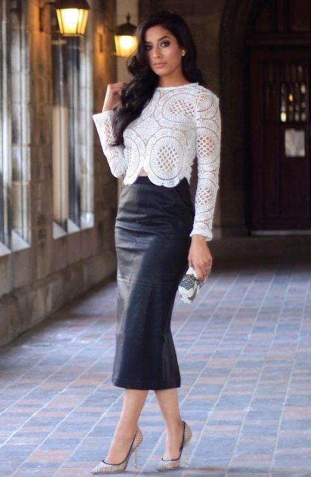 Черная юбка карандаш в сочетание с белой кружевной блузой на выпуск