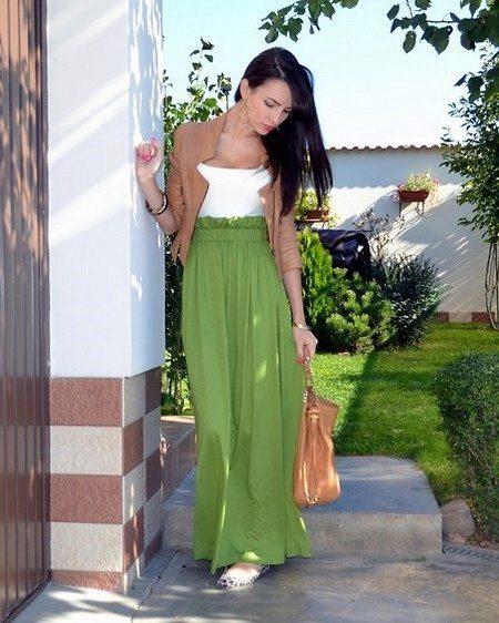 Длинная зеленая юбка полусолнце в сочетании с курткой
