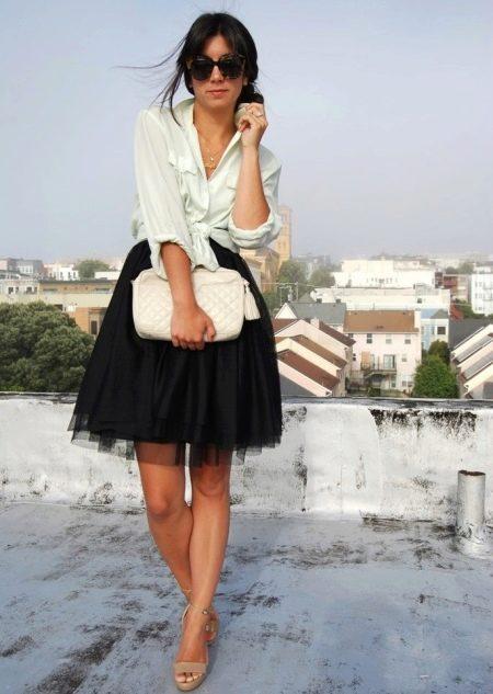 Короткая пышная черная юбка в сочетании с рубашкой