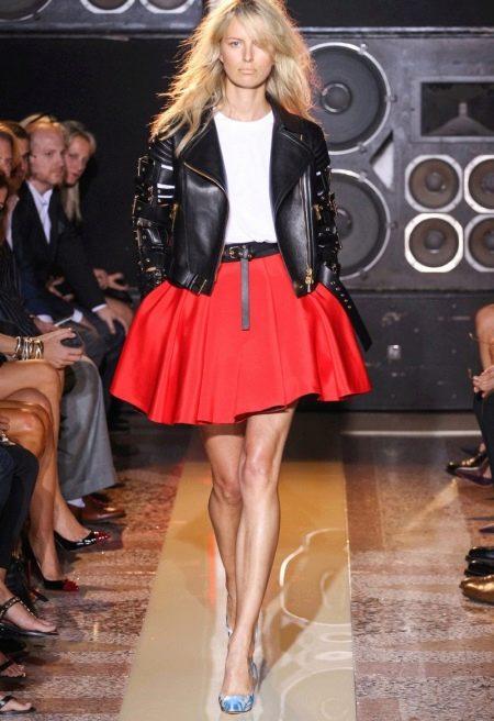 Короткая пышная юбка в сочетании с кожаной курткой