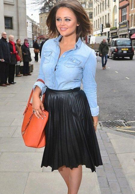 Кожаная юбка солнце в сочетании джинсовой рубашкой - повседневный образ