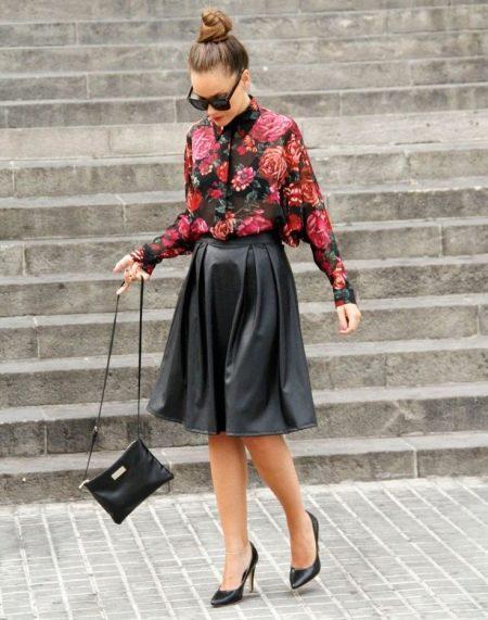 Кожаная юбка солнце в сочетании с рубашкой