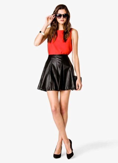 Красный топ под черную кожаную юбку солнце
