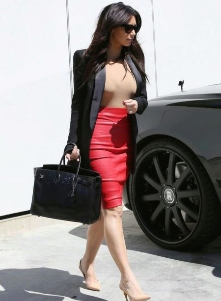 Красная юбка карандаш в сочетании с удлиненным жакетом
