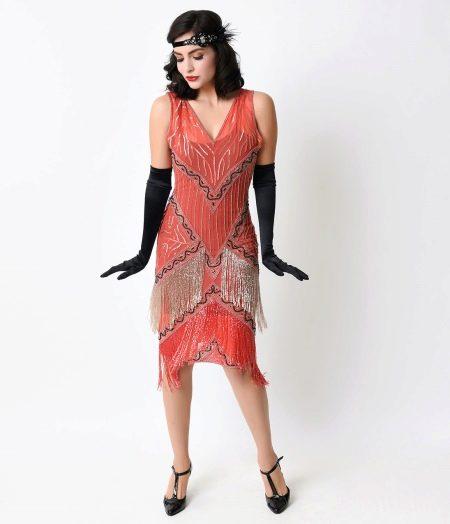 Платье с бахромой и перчатками