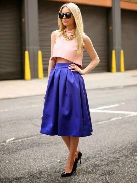 Синяя юбка колокол средней длины на лето