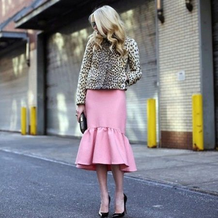Розовая юбка годе средней длины на лето