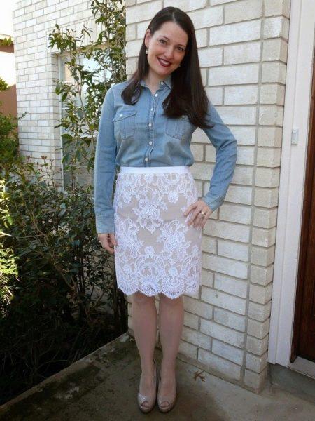 Прямая юбка в сочетании с джинсовой рубашкой