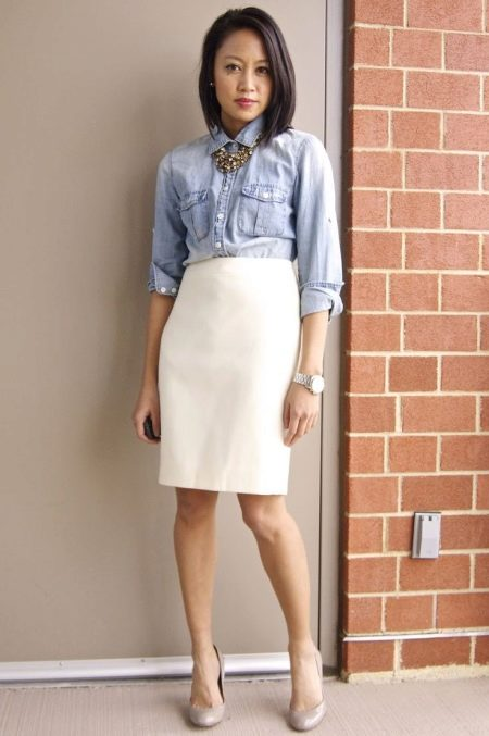 Прямая бежевая юбка с завышенной талией