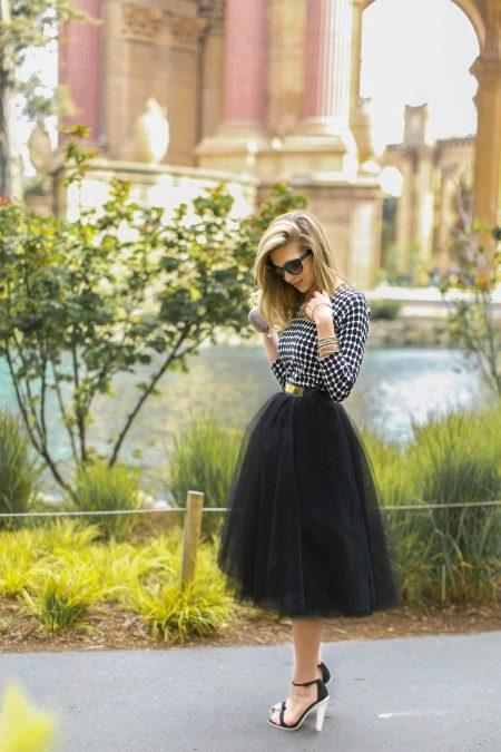 Черная пышная юбка миди