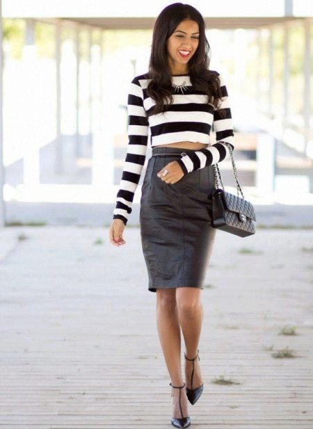 Черная кожаная юбка карандаш с полосатым топом