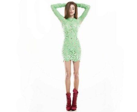 Салатовое платье с высокими ботинками темно-розового цвета