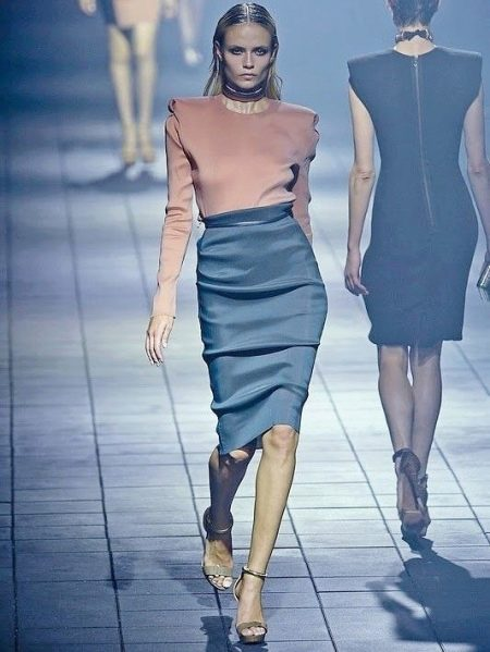 Серая юбка карандаш с драпировкой для худых