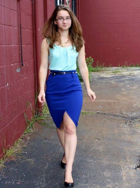 Ярко-синяя юбка карандаш в сочетание с бирюзовым топом