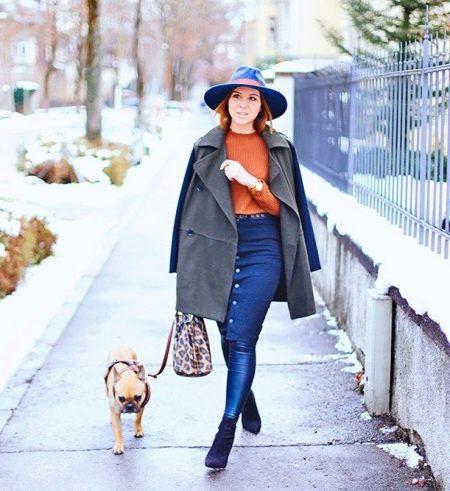 Темно-синяя юбка карандаш в сочетание с пальто оверсайз