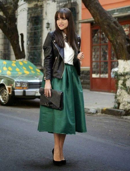 Пышная зеленая юбка ниже колена