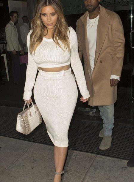Белая зауженная юбка ниже колена