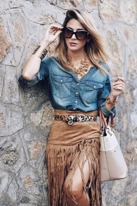 Замшевая песочная юбка с джинсовой рубашкой