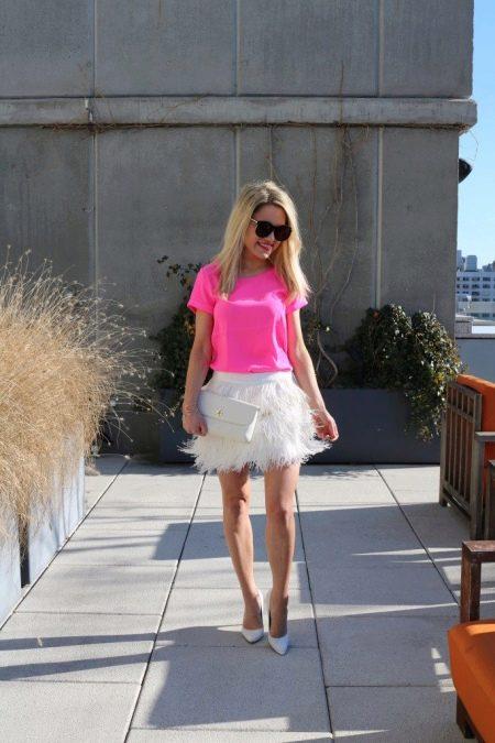 Розовая блузка к белой юбке с бахромой