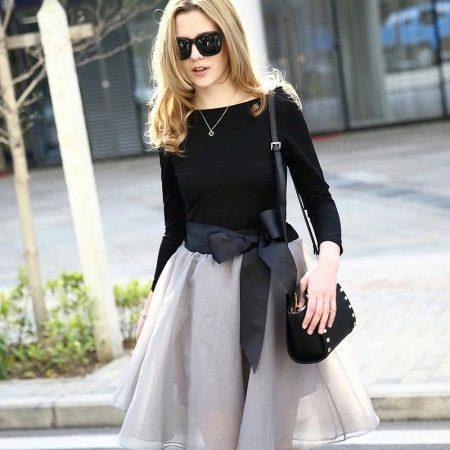 Серая юбка с бантом в сочетании с черным верхом