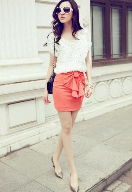 Короткая юбка с бантом сбоку