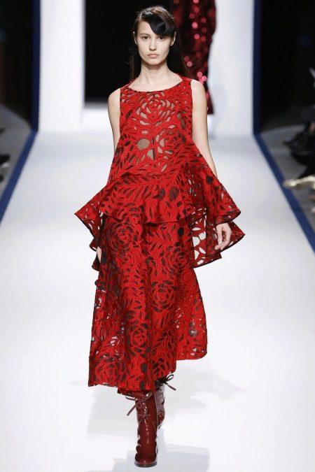 effb8c4ce42 Идеальное решение – красный шифоновый сарафан с принтом в горошек или  шелковое платье с кружевом в бельевом стиле. Последнее в этом сезоне  универсально  ...