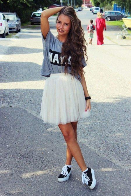 Девушки в белых юбках и черных колготках — img 13