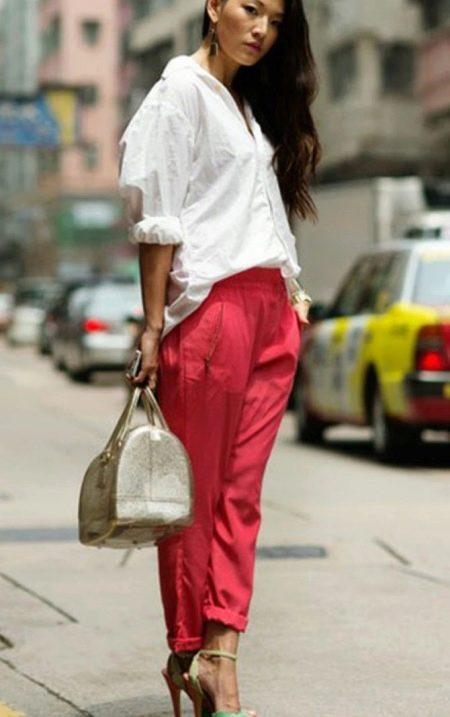 280eda9a323 Для необычного стильного образа вам понадобится простая классическая белая  блузка. Заправьте ее под яркую юбку с завышенной талией и необычным кроем