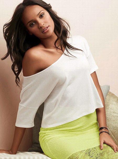 17650bbd357 Чаще всего блузы со спущенным плечом имеют прямые или объемные укороченные  рукава. Они шьются из воздушных легких тканей