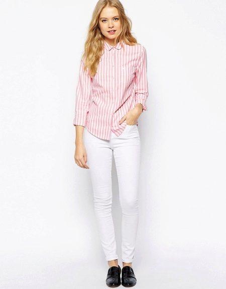 81455981d2b На работу можно надеть розовую полосатую рубашку с белым брючным костюмом