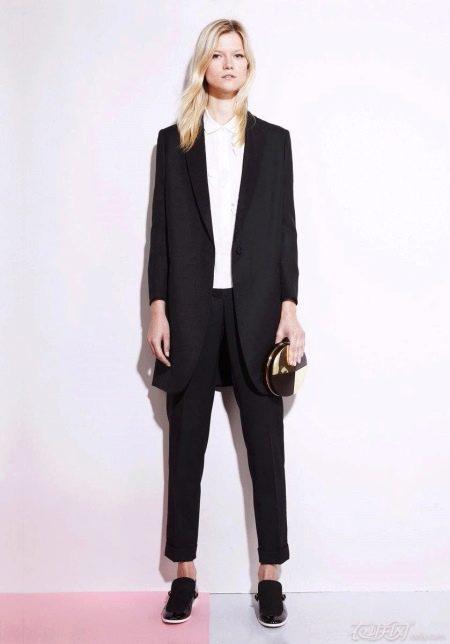 8e6ff4b3dbb Длинные пиджаки сегодня находятся на пике популярности. Они отлично  сочетаются с зауженными брюками любой длины. Носить такой костюм нужно с  обувью на ...