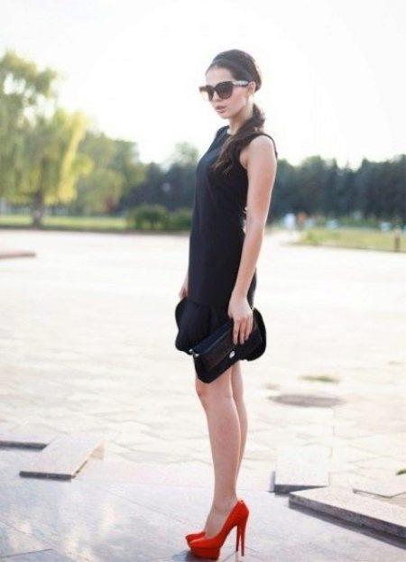Черное платье и красные аксессуары