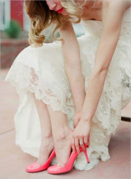 a989b60b5 Свадебная мода активно использует лакированные туфли белого цвета и  нежно-розовых тонов. Яркие и необычные ...