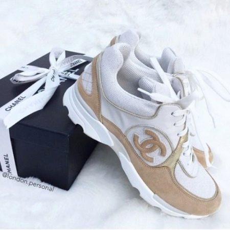 0145539f6b66 ... под язычок  если это продукция Chanel, то вы увидите нашивку с  наименованием бренда, некоторой информацией о производителе, там же указан  размер обуви.