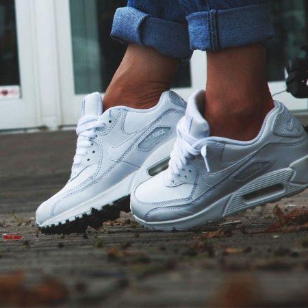 ec7d6a5255753b Салатовые кроссовки Найк прекрасно смотрятся на юных модницах. Такая  спортивная обувь подойдет для ежедневных утренних пробежек в теплую погоду  или для ...