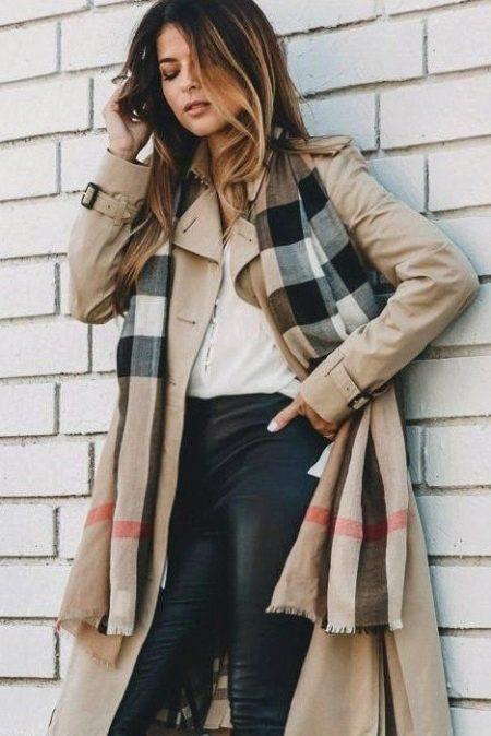 Палантин можно носить вместо куртки, и в тёплый осенний день вы точно не  замёрзнете. Под палантином чёрные блуза с высоким горлом, драные чёрные  джинсы. 85787dda31c