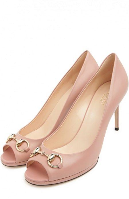В моде туфли с высоким задником и несколькими ремнями, фиксирующими ногу по  объему. Модель может быть закрытой, иметь скошенный каблук и щедрый декор. 876e2665ad2