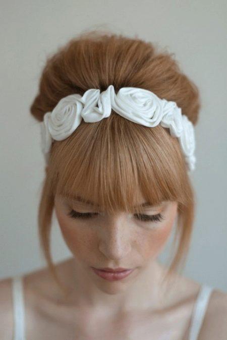 Свадебные ободки (38 фото): прически с ободком на голову из цветов на свадьбу, укладка для волос невесты с ободком