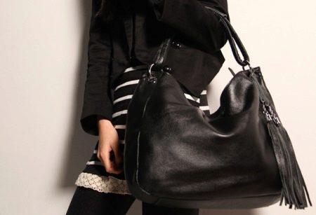 c6b80674e247 Сумки в стиле «Шанель» на цепочке, а также сумки-конверты становятся  стильным и модным завершением повседневного и нарядного лука, они прекрасно  сочетаются ...